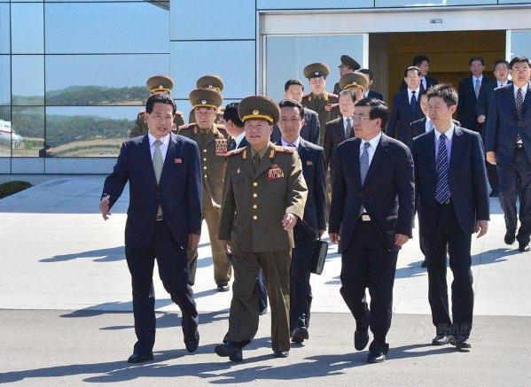 朝中社5月22日提供的照片显示,朝鲜最高领导人金正恩的特使崔龙海(前中)当天乘专机离开平壤启程访华。新华社/朝中社