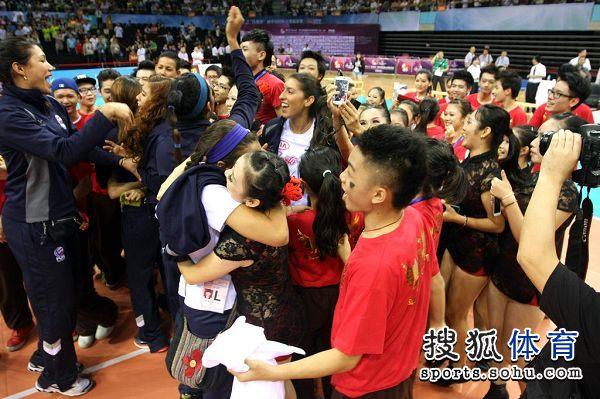 图文:精英赛中国女排夺冠 拥抱庆祝