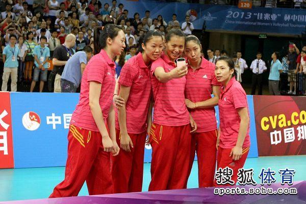 图文:精英赛中国女排夺冠 曾春蕾玩自拍