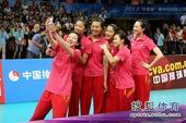 图文:精英赛中国女排夺冠 沈静思玩自拍