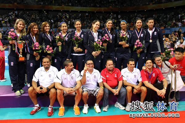 图文:精英赛中国女排夺冠 登台领奖