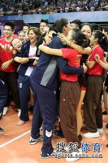 图文:精英赛中国女排夺冠 相拥庆祝
