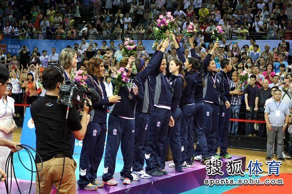 图文:精英赛中国女排夺冠 答谢观众