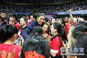图文:精英赛中国女排夺冠 非常受欢迎