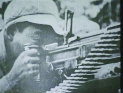 左图:朝鲜战场上,孙明芝在战斗中。