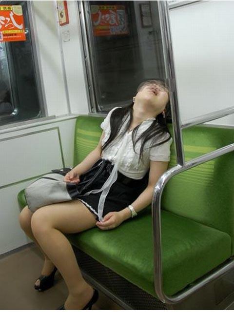 日本电车醉酒女人 让人吐槽无力的醉酒姑娘们(组图)图片