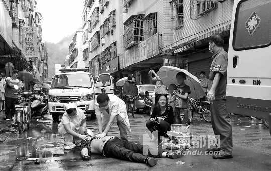 昨日,惠州上马庄发生杀人案,一男子被当街刺死,其妻子和两幼子目睹全程。 南都记者 田飞 摄