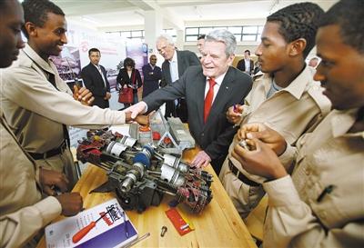 2013年3月20日,埃塞俄比亚首都亚的斯亚贝巴,德国总统高克参观职业培训学校。德国将其独特的双重职业教育体系视为应对年轻人失业的有效手段,并尽力向海外推广。