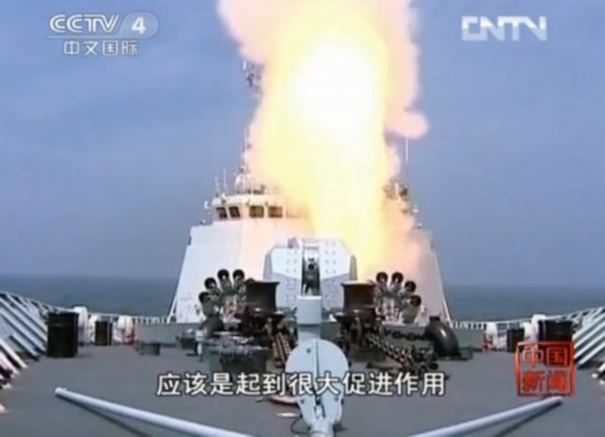 央视截图:解放军舰艇实施火力打击。