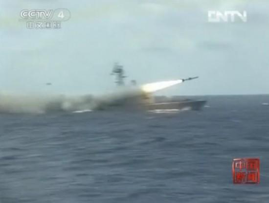 央视截图:中国战舰导弹发射瞬间。