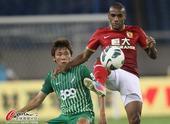 中超图:杭州绿城VS广州恒大 穆里奇背身护球