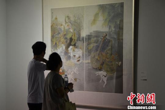 图为参观者参观姚新峰作品《等》。 王思哲 摄