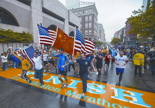 波士顿马拉松选手重返赛场 悼念爆炸案受害者
