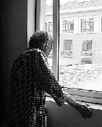 窗户被锁后,这位老太只能这样透过缝隙看看外面。
