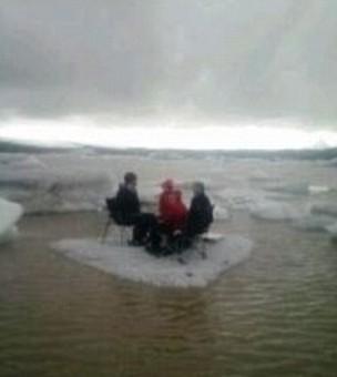 美国游客冰川上野餐遭遇冰川断裂被漂走