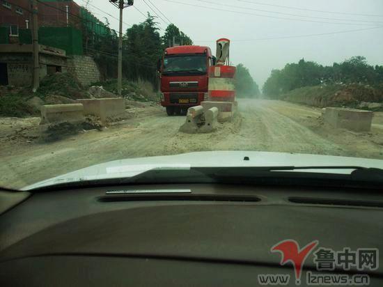 50许,冯旺路通往齐鲁石化乙烯路段,不断有大货车飞驰而过高清图片