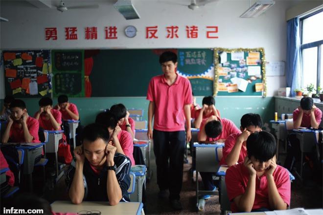 校乐队排练教室里,男生班的提琴手和普通班的女生几乎没什么交谈.