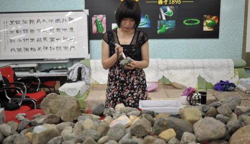 一位女藏家在挑选原石