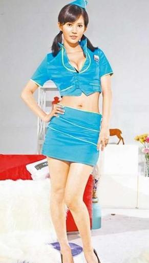 日本AV女优麻生希扮成性感空姐,大秀35E好身材。