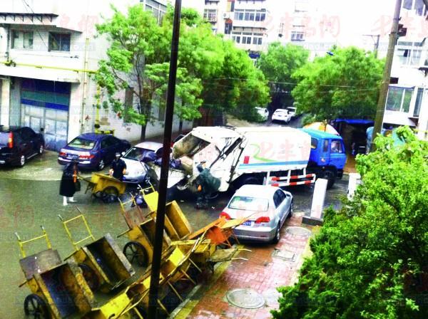5月27日凌晨5时30分许,环卫工人在上夼翡翠路14号楼后收集垃圾。