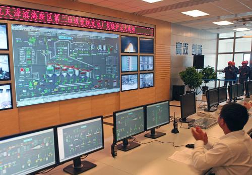 5月27日,工作人员在垃圾焚烧发电厂电子总控室内启动点火。新华社发(甄紫山 摄)