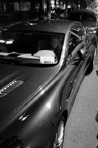 网友说,通行证上的车牌和该车车牌完全一致。(图片由网友提供)