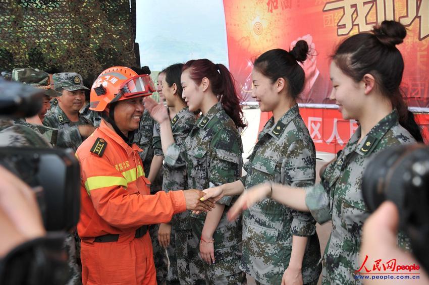高清:成都军区战旗文工团慰问芦山救灾官兵(组图)