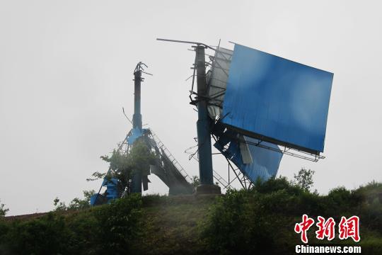 泸渝高速路上被吹烂的非法广告牌 周亚强 摄
