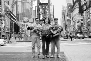 三主演在美国时代广场抱起导演陈可辛