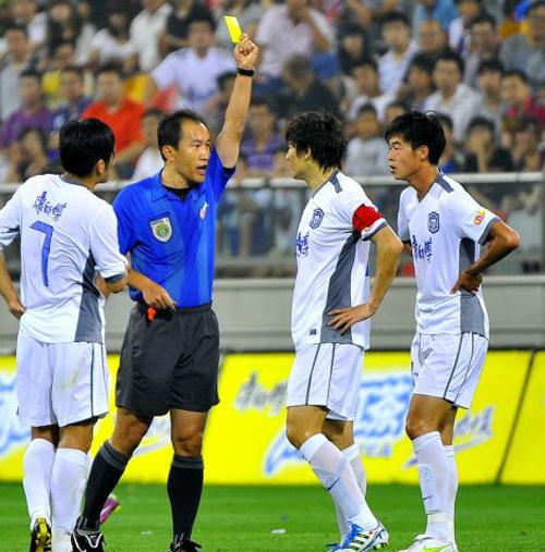 黑镜头一:掐李东国收获国字号首张红牌