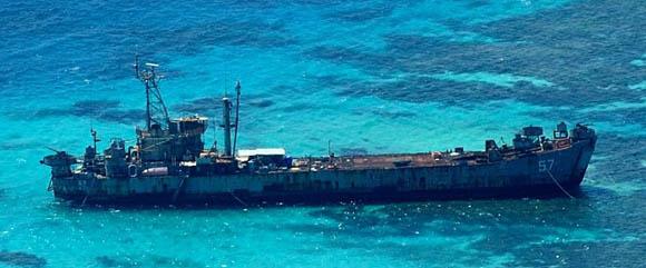 资料图:中国海事直升机B7778号拍摄的坐滩仁爱礁搁浅的菲律宾登陆舰照片。