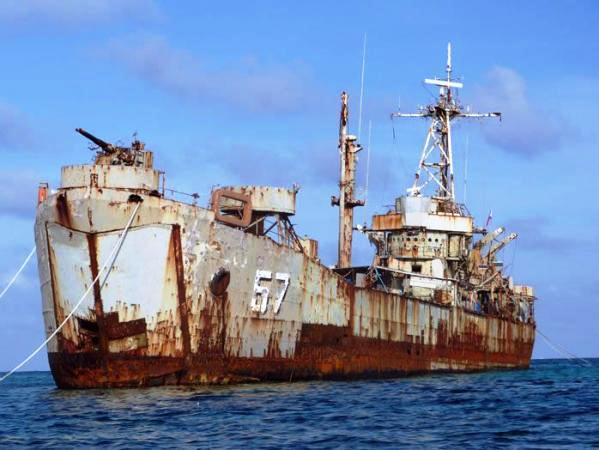 """资料图:菲律宾""""坐滩""""的57号坦克登陆舰。"""