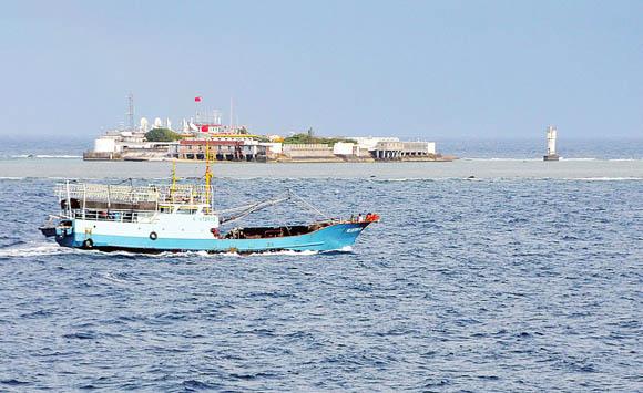 资料图: 永暑礁外的中国渔船。