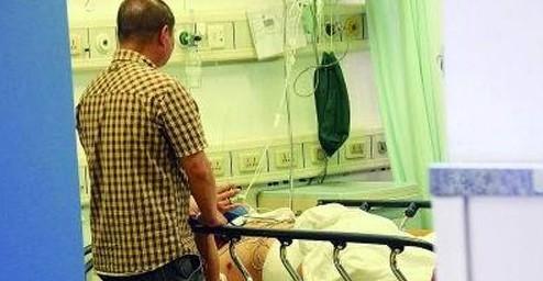 同仁医院,被捅伤的保安刚处理好伤口躺在病床上。