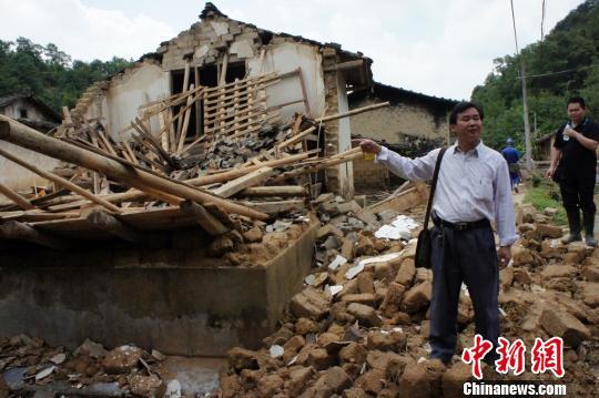 洪水退却,韶关新丰沙田镇一灾民家中一片狼藉 李凌 摄