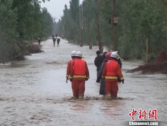山洪爆发后,莎车消防官兵第一时间赶赴现场投入救援。 贾顺宁 摄