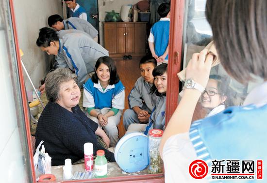 新疆v同学同学大纲年级的初中们在帮她打扫家里a同学,陪她聊天.高一中学会考图片