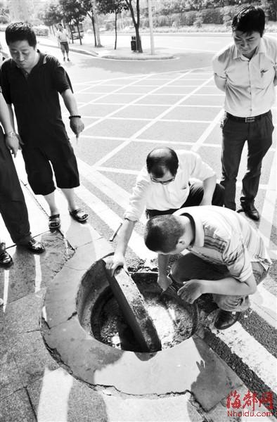部门工作人员查看污水井时发现,里面满是油渣