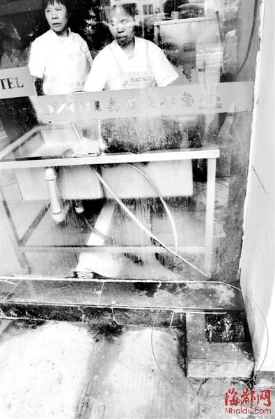 员工餐厅的污水直接排到雨水井