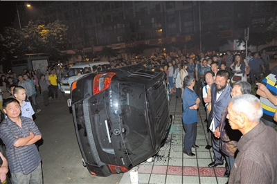 汽车 四川省/5月26日,四川省成都市,被市民掀翻的奔驰车。...