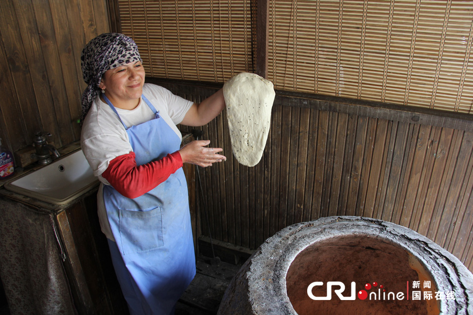 制作传统阿塞拜疆面包的女人