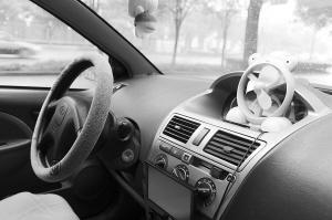 进入车内应该给车内进行通风后,再开启空调冷风,这样对健康有利。 记者 张晓峰 摄