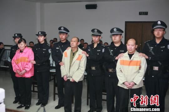 河北省保定市居民楼爆炸案被告人葛金水、甄大月、王芳右至左在被告席上。 李宏 摄