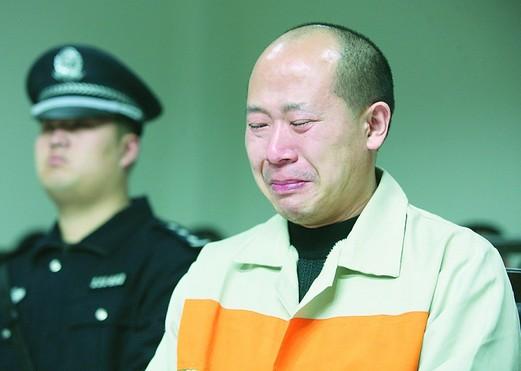 被告人葛金水(右)在法庭上流下忏悔的泪(2013年4月24日摄)。