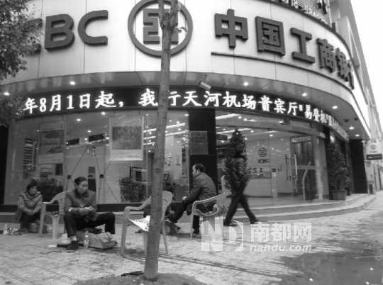 案发当天,在银行门口擦皮鞋的民警杜平,被吴西华用水果刀刺伤身亡。 南都记者 占才强 摄