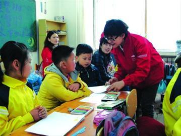 周昱给一年级共12名学生上了一节画画课