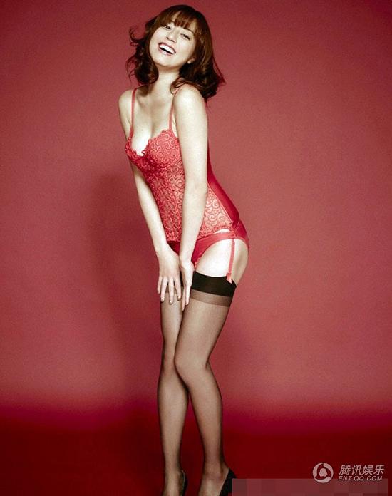 龙虎娱乐讯 杉本有美红色紧身胸衣出镜,拨秀发妖媚勾人。
