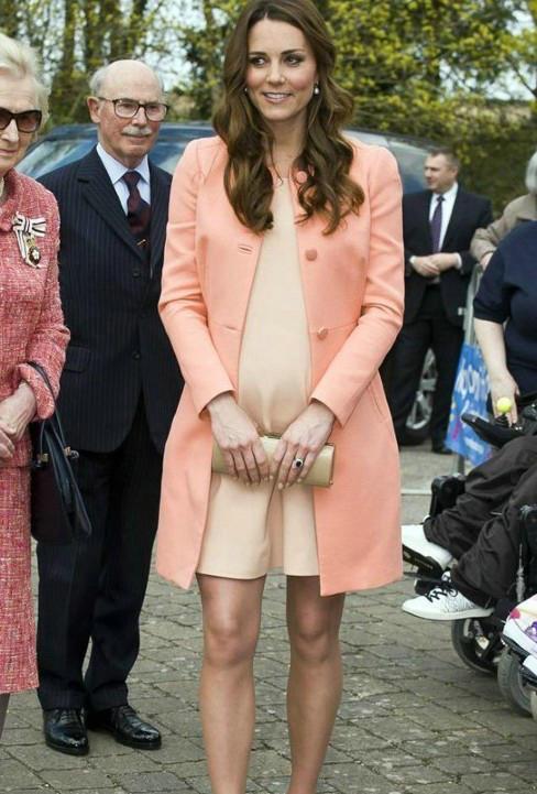 凯特王妃毫无疑问是最会穿衣的王妃了,就算怀孕挺着大肚子但是着装