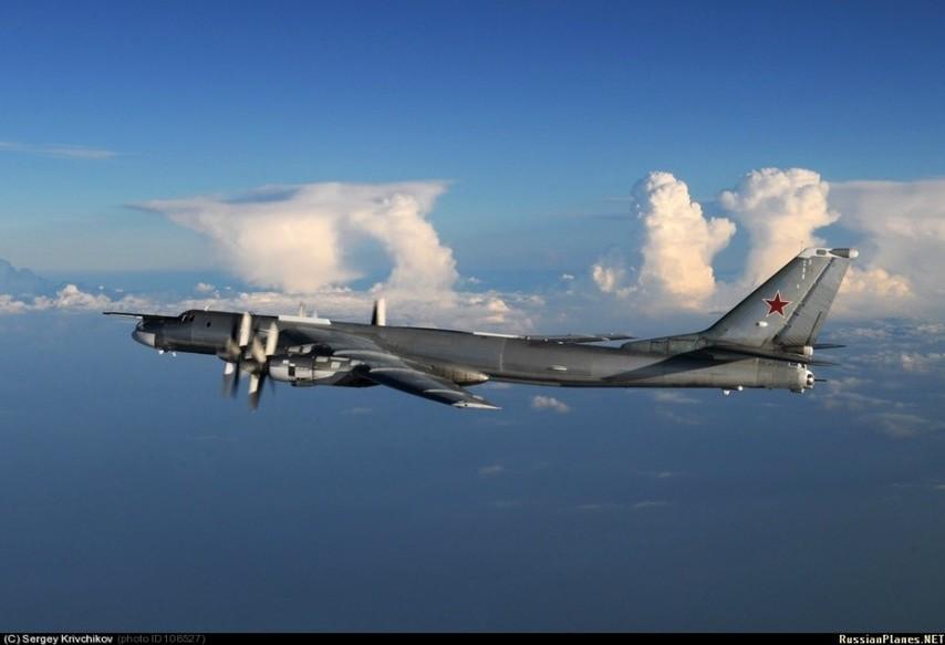 图为图-160战略轰炸机与米格-31编队.