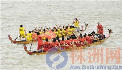 """江面上,两只龙舟在相互""""较劲""""。熊威/摄"""